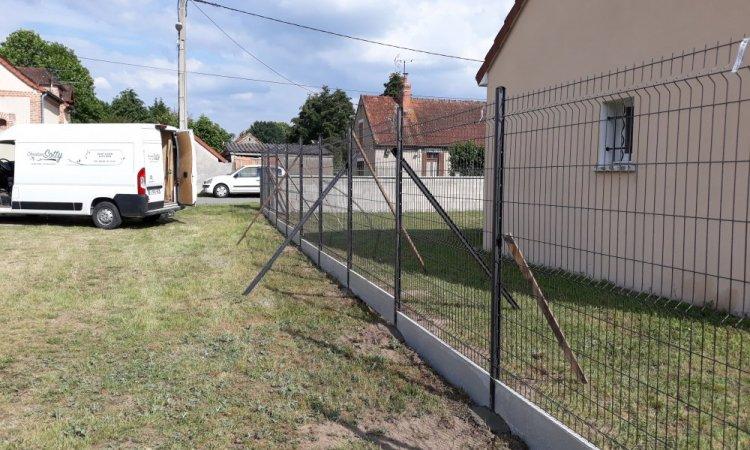 clôture en panneaux rigides soudés avec sous-bassement en plaques béton