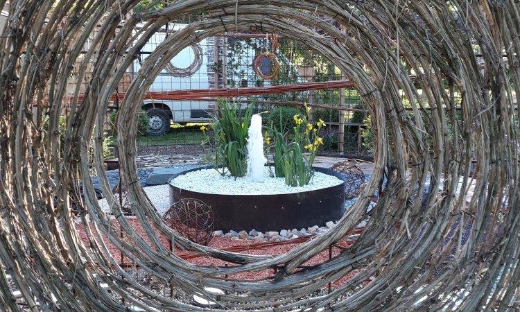 Oculus en liane de Clématite , et vue du jardin intérieur , fontaine  Bourbon-Lancy