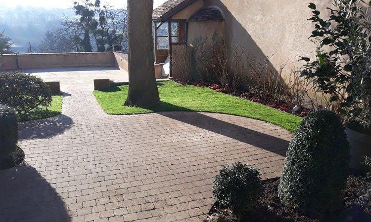 Création jardin avec pelouse synthétique à Bourbon-Lancy